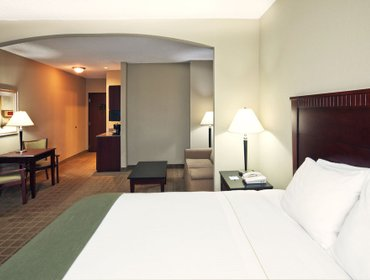 Апартаменты Holiday Inn Express Hotel & Suites Shawnee I-40
